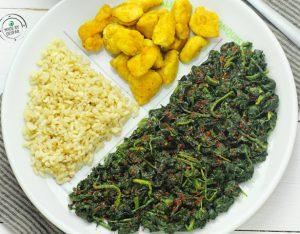 Piatto unico: spinaci alla paprika, pollo al curry e riso pilaf al cardamomo