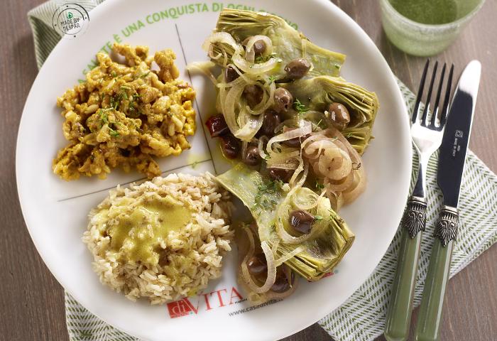 Piatto unico: carciofi alla greca, riso thai con emulsione al lime, uova strapazzate con frutta secca