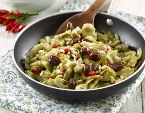 Padellata di carciofi con pinoli, olive taggiasche e peperoncino