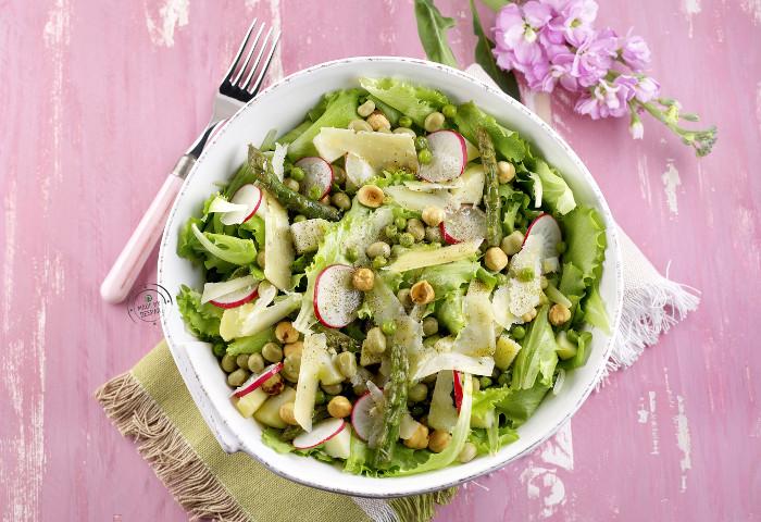 Insalata di primavera con verdure, legumi, patate e pecorino
