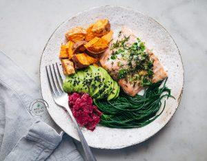 Bowl con salmone selvaggio, patate dolci, agretti e barbabietole