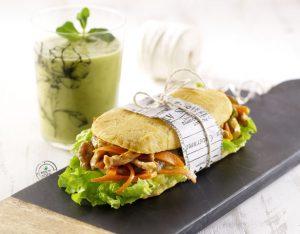 Sandwich di patate con straccetti di pollo e verdure