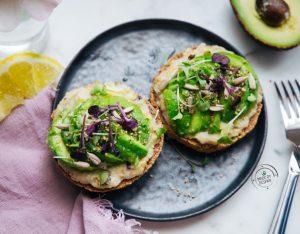 Avocado toast con hummus e semi