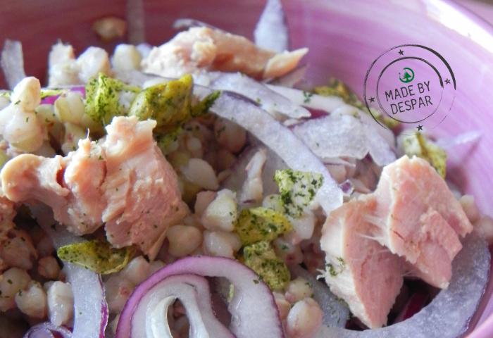 In cucina con la Redazione: come preparare l'insalata di orzo con pistacchi, tonno e cipolla (senza temere la cipolla!)