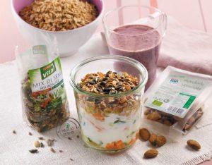 Muesli salato con yogurt, verdura, semi e fiocchi di farro integrali