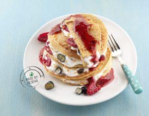 In cucina con la Redazione: come preparare i pancake integrali con frutti di bosco e yogurt greco alle nocciole