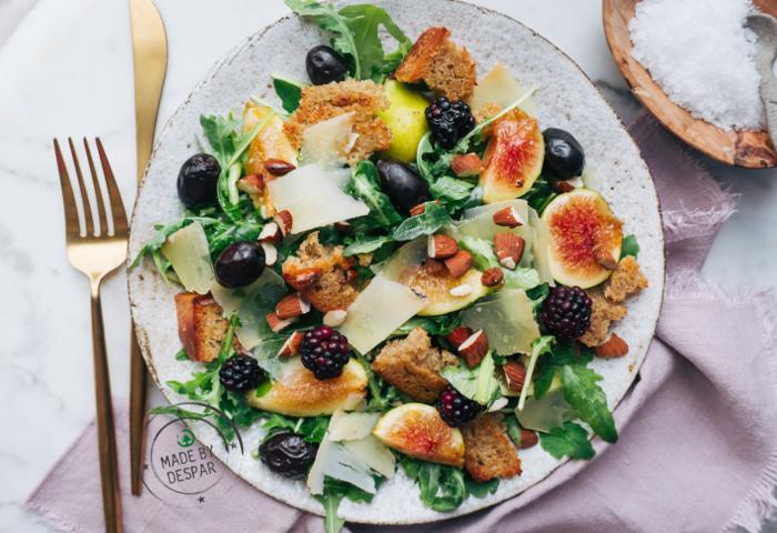 Bowl con fichi, pecorino, olive e crostini