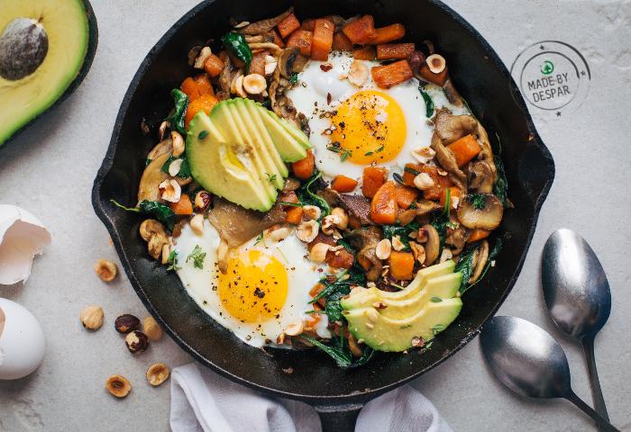 Hash di zucca e funghi con uova e avocado
