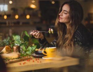 Pratica il Mindful Eating e impara a mangiare con consapevolezza