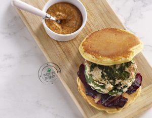 Pancake di ceci con burger di verdure e pollo, salsa piccante e radicchio marinato