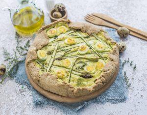 Torta salata integrale con asparagi, ricotta di capra e uova di quaglia