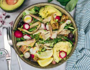 Insalata con pollo, avocado, carciofi e asparagi