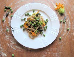 In cucina con la Redazione: come preparare le tagliatelle integrali con piselli, asparagi e fiori di zucca