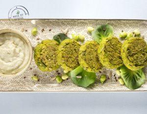 Falafel di fave fresche e semi di lino con crema al gorgonzola