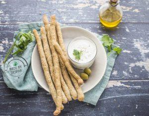 Grissini integrali con salsa allo yogurt greco e olive