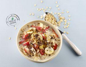 Porridge di avena con fragole, banane e cioccolato