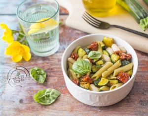 Insalata di pasta con cannellini, zucchine e pomodori secchi