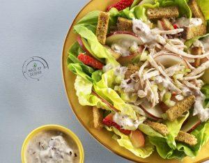 Tacchino aromatico in insalata di mele, sedano, lattuga e salsa di Kefir alle olive con crostini al curry