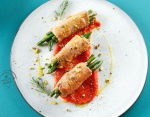 Involtini di vitello con pistacchi, fagiolini e salsa di peperoni rossi