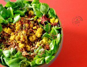 Insalata unica: spinacino, fagiolini, zucchine, riso rosso, uova, germogli e semi di zucca