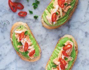 Avocado toast al salmone, cipollotto e peperoncino