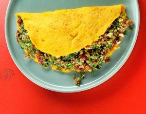 Omelette ripiena con cous cous, pomodori secchi, pesto di rucola e mandorle