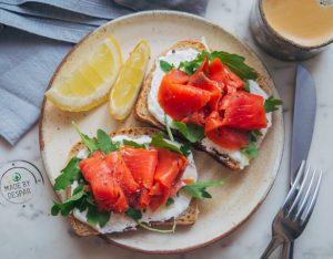 Toast con formaggio spalmabile e salmone