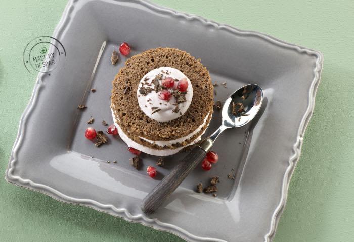 Pan di Spagna al cacao con crema di yogurt greco e succo di melagrana