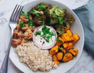 Bowl con riso integrale, zucca, broccoli arrosto, pollo e salsa allo yogurt