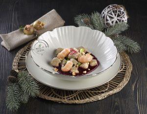 Gnocchi di castagne con ragù di scampi su crema di rapa rossa e nocciole