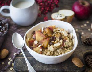 Porridge con bevanda di mandorla, mele e cannella
