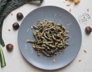 In cucina con la Redazione: come preparare gli strozzapreti con farina di castagne e pesto di cavolo nero