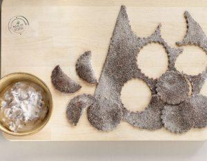 Mezzelune al cacao ripiene di radicchio tardivo con granella di nocciole
