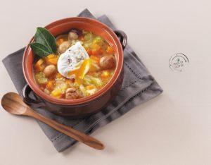 Zuppa di verza, zucca e castagne con uovo poché