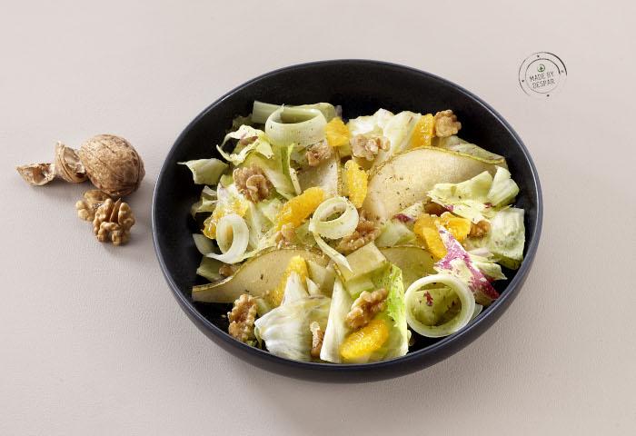 Insalata di radicchio variegato con sedano, pere e noci
