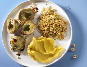 Carciofi al balsamico con nocciole, crema di lenticchie rosse alla curcuma e kamut al timo