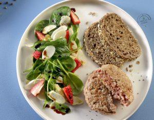 Insalata di spinacino, fragole e asparagi bianchi, burger di vitello e pane integrale
