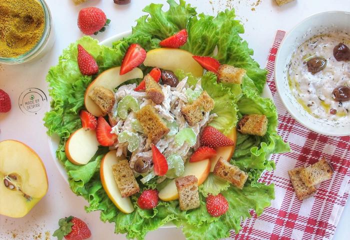 In cucina con la Redazione: come preparare il tacchino aromatico in insalata di mele, sedano, lattuga e salsa di Kefir alle olive con crostini al curry