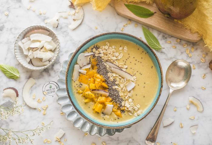 Smoothie bowl con latte di cocco, mango e fiocchi di avena