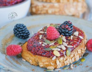 Composta di chia ai frutti rossi su pane integrale con semi