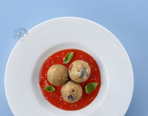 Canederli estivi di melanzane e speck su crema fredda di peperoni al basilico