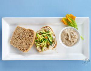 Sandwich con crema di sgombro, zucchine e fiori di zucca