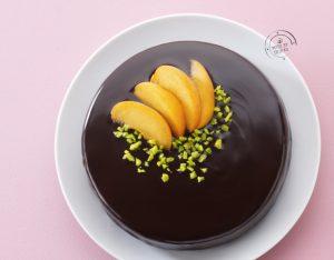 Torta al cioccolato al vapore con albicocche e pistacchi