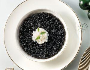 Risotto al nero di seppia con il suo crudo, origano e basilico