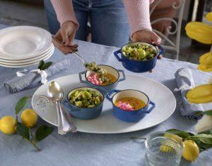 Crema di carote e curry, con orzo e verdure verdi