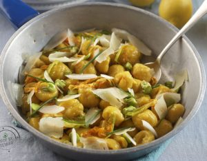 Gnocchi alla curcuma, asparagi, fave, pecorino e fiori di zucca
