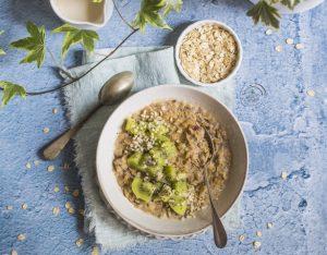 Porridge con kiwi, semi di chia e mandorle
