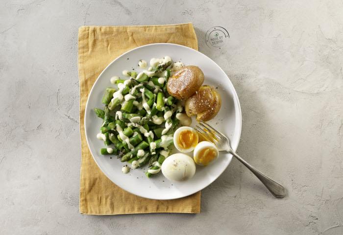 Patate novelle croccanti con asparagi saltati, uova barzotte e dressing allo yogurt e senape