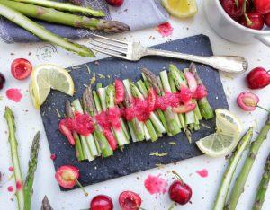 Fiammiferi di asparagi con aspretto di ciliegie