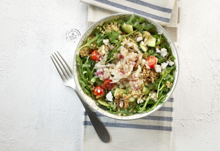 Insalata di quinoa, pollo sfilacciato, feta e vinaigrette alla cipolla di Tropea